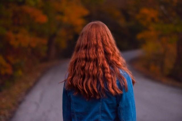 Modne fryzury na jesień 2021. Najmodniejsze trendy wśród upięć i cięć na sezon jesień/zima