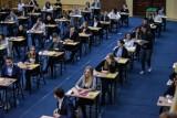 Majówka nad książkami. Maturzyści uczą się do egzaminów. W piątek - pierwszy egzamin z języka polskiego