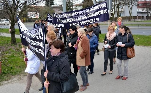 Związki pielęgniarek i położnych z województwa lubelskiego przeprowadziły akcję protestacyjną już 22 kwietnia.