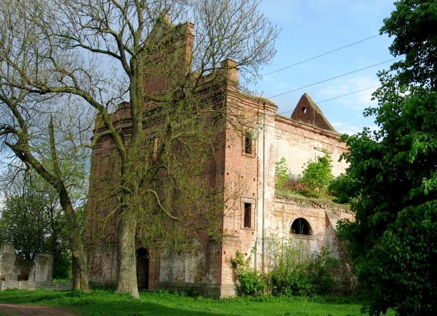 Kościół w Kisielinie, w którym 11 lipca 1943 podczas rzezi wołyńskiej w wyniku napaści UPA na Polaków uczestniczących w mszy świętej w kościele zginęło około 90 osób
