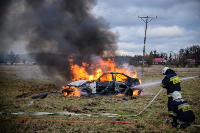 Policjanci pełniący służbę na terenie gminy Witnica zauważyli BMW, którego kierowca jechał z naprzeciwka z dużą prędkością. Zawrócili i pojechali za nim. W międzyczasie 21-letni kierowca wypadł z drogi, a pojazd doszczętnie spłonął.To sytuacja miała miejsce w poniedziałek, 28 stycznia. – Policjanci pełniący służbę na terenie gminy Witnica zauważyli jadące z naprzeciwka z dużą prędkością BMW. Funkcjonariusze postanowili zawrócić i pojechać za tym pojazdem, nie używali jednak sygnałów świetlnych, ani dźwiękowych – relacjonuje sierż. szt. Maciej Kimet z wydziału prasowego Komendy Wojewódzkiej Policji w Gorzowie Wlkp. W pewnym momencie policjanci zauważyli, że BMW wypadło z drogi na odcinku między Świerkocinem, a Pyrzanami. Samochód stał rozbity na poboczu, z pojazdu w międzyczasie wysiadł jego 21-letni kierowca. Mężczyźnie nic się nie stało. Nie można tego jednak powiedzieć o pojeździe, którym się poruszał. BMW stanęło w płomieniach i doszczętnie spłonęło.Okazało się, że 21-letni mieszkaniec powiatu gorzowskiego nie ma prawa jazdy. Policjanci zakwalifikowali to zdarzenie jako kolizję i skierowali do sądu wniosek o ukaranie mężczyzny.Zobacz też wideo:  Śmiertelny wypadek na drodze krajowej nr 31. Nie żyją dwie osoby