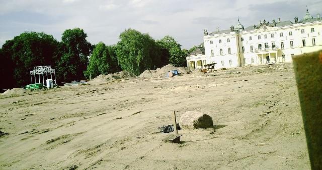 Rozkopany teren za Pałacem Branickich to przypomina księżycowy krajobraz. W tym miejscu były zielone ogrody.