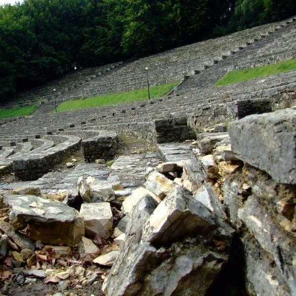 Amfiteatr na Górze Świętej Anny jest kompletnie zapuszczony. Nie ma jednak pieniędzy ani pomysłów na jego odnowienie.