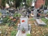 """Groby na bydgoskim cmentarzu dostały """"czerwone kartki"""". Mieszkańcy zaniepokojeni: To masowa likwidacja?"""