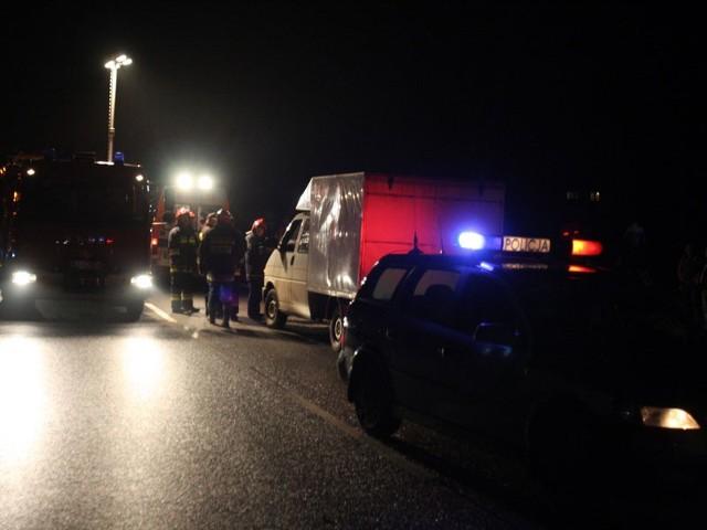 Straż pożarna zabezpieczyła auto, policja wyjaśnia przyczynę wypadku