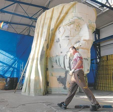 Razem z głową, którą wyrzeźbił Mirosław Patecki, pomnik będzie liczył 33 metry. Ale gdy doliczymy jeszcze koronę, wysokość statuy zamknie się w 35 metrach i 30 cm!