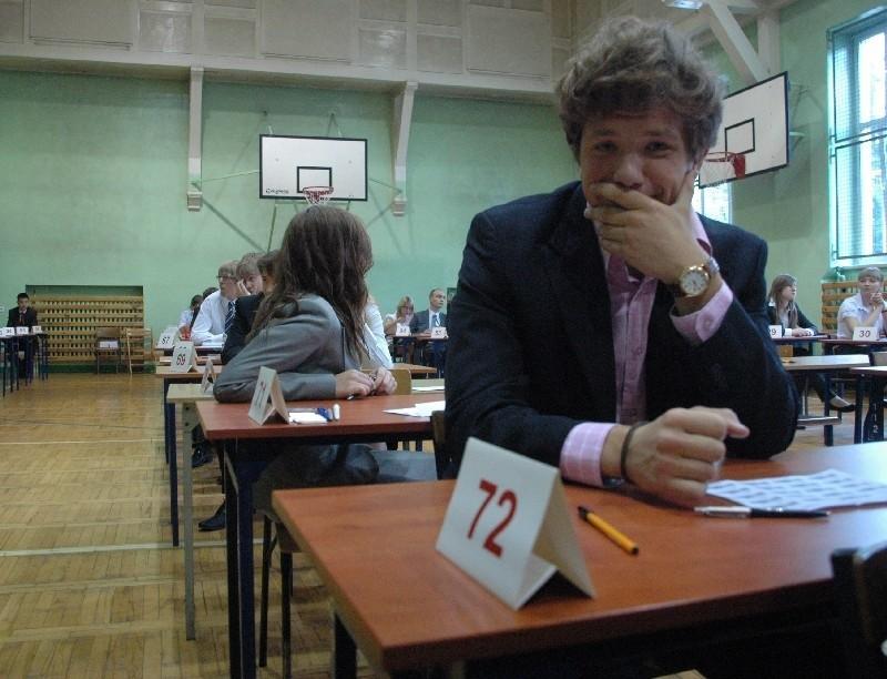 Matura 2012 - dziś język polski poziom podstawowy. Uczniowie gorzowskiego IV LO chwilę przed otwarciem arkuszy.