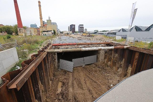 Obecnie w centralnej części tunelu wykonywane są stropy, a prace nad nimi mają się zakończyć jeszcze we wrześniu.