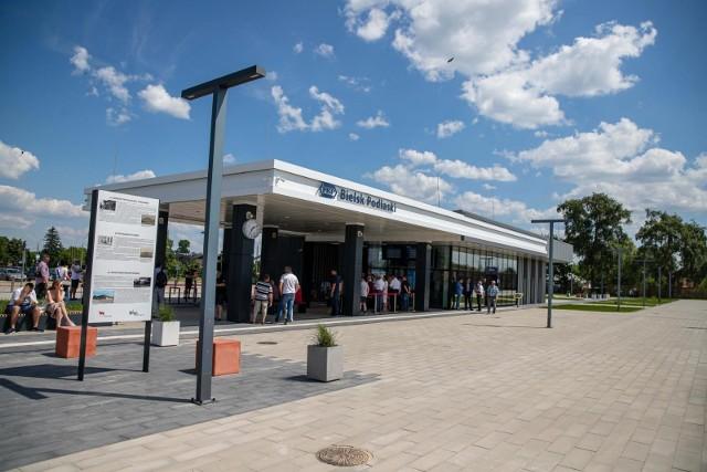 Nowoczesny dworzec w Bielsku Podlaskim zastąpił stary, niefunkcjonalny obiekt, którego budowa rozpoczęła się pod koniec lat 80. XX w. Budynek jest w pełni dostosowany do obsługi osób z ograniczoną mobilnością, czyli osób z niepełnosprawnościami, podróżujących z dziećmi, osób starszych czy podróżnych z dużymi bagażami. Dworzec jest wyposażony w wiele nowoczesnych rozwiązań technologicznych m.in. w panele fotowoltaiczne, monitoring, energooszczędne oświetlenie.
