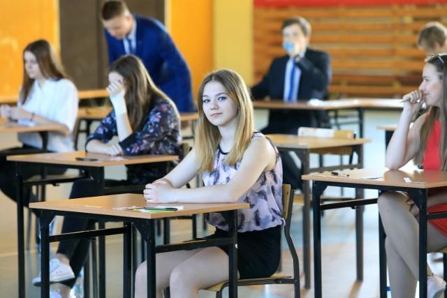 W piątek (8 czerwca) Tomasz Trela, wiceprezydent Łodzi, odpowiedzialny za edukację, wyliczał, że w systemie internetowym, który obsługuje rekrutacje, zarejestrowało się już 3336 trzecioklasistów z gimnazjów - ze spodziewanych ponad pięciu tysięcy.57 procent z zarejestrowanych wybrało licea ogólnokształcące, 39 proc. technika, zaś 4 proc. szkoły branżowe. Urzędnicy magistratu chcieliby, aby odsetek wybierających szkoły zawodowe był wyższy, bo takie są oczekiwania łódzkich pracodawców.O przyjęciu do wybranej szkoły zdecydują punkty m.in. z egzaminu gimnazjalnego 2018 (na zdjęciu jedna ze zdających).Które z łódzkich placówek były wybierane dotąd najczęściej? Sprawdź na następnych slajdach (dane w nich zawarte pochodzą z 12 czerwca).