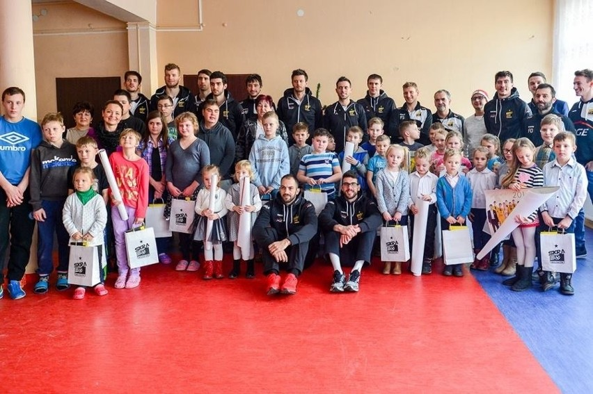 Siatkarze PGE Skry Bełchatów przed świętami odwiedzili wychowanków Domu Dziecka w Dąbrowie Rusieckiej