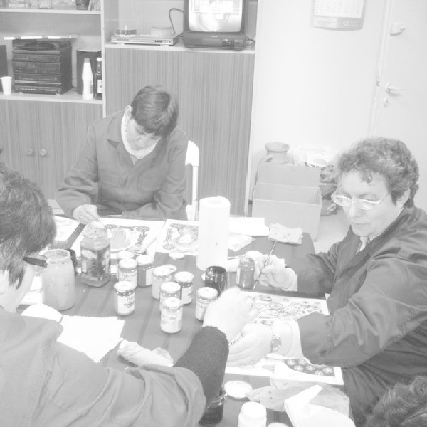 Uczestnicy szkoleń poznawali fach bukieciarstwa, ceramiki oraz malowania na szkle.