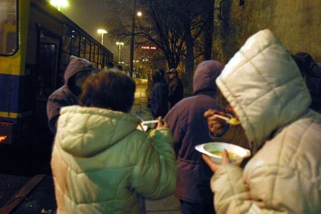 Zimą bezdomni mogli liczyć na ciepłą zupę w specjalnym autobusie.
