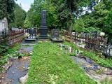Po burzy w Łodzi. Mieszkańcy odwiedzają cmentarze. Sprawdzają czy nie ucierpiały ich groby ZDJĘCIA