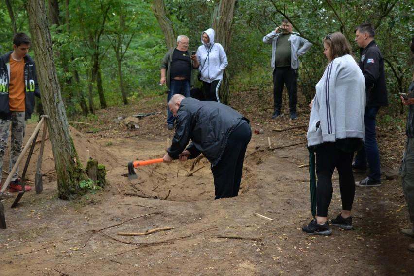 Prace archeologiczno-antropologiczne w Łęgu-Witoszynie pokazały, że pod mogiłą nie ma szczątków ludzkich