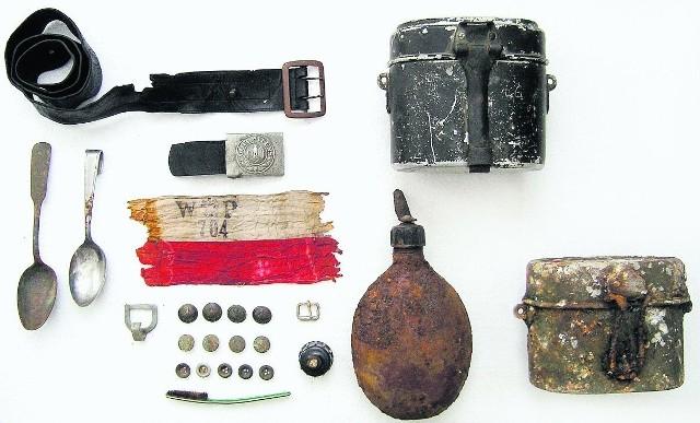 Wśród znalezionych przez Tomasza Fijałkowskiego przedmiotów były m.in. żołnierskie menażki i łyżki oraz trzy powstańcze opaski