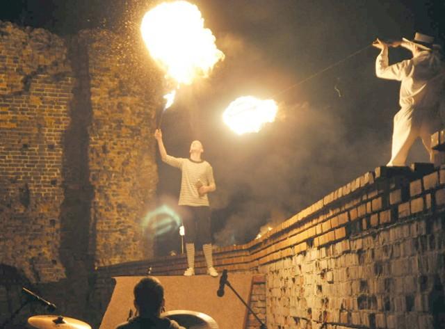 W ruinach zamku są organizowane m.in. pokazy teatru ognia. Można zwiedzić zbrojownię, salę strachu, wybić monetę lub zobaczyć makietę zamku.