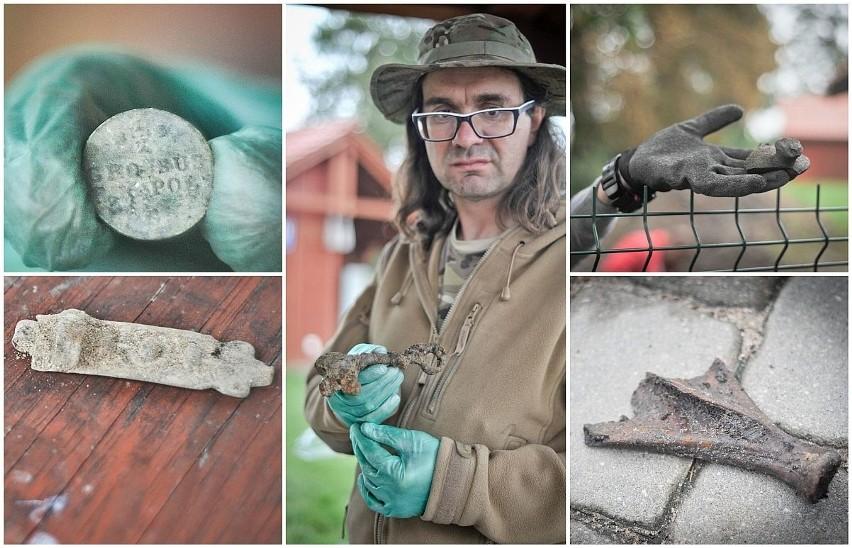 Odkrycia archeologów na podzamczu Zamku krzyżackiego w Świeciu. Na zdjęciu ceramika, pozostałości zwierzęce, moneta, a archeolog Robert Grochowski prezentuje klucz do zamku w Świeciu