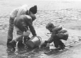 Wiadro wody i dużo śmiechu. Tak świętowaliśmy śmigus dyngus kilkadziesiąt lat temu!