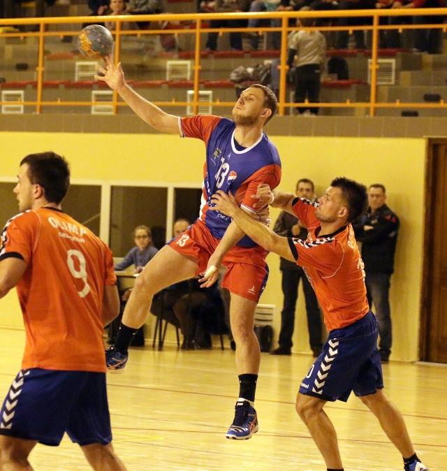 Z piłką rozgrywający Gwardii Kamil Mokrzki, którego stara się powstrzymać Paweł Biernat z Olimpu.