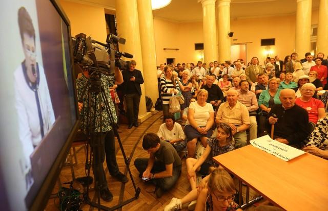 Ludzie obserwujący obrady Rady Warszawy