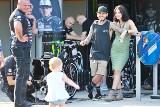 Rodzina jak z obrazka. Państwo Woffindenowie z małą Rylee Cru w parku maszyn przed Grand Prix [GALERIA]