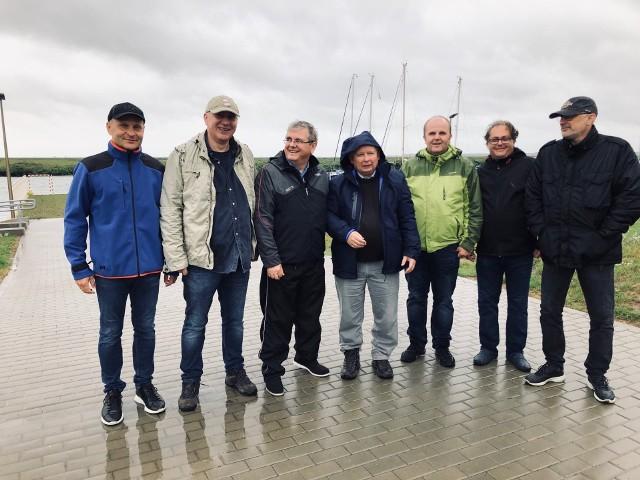 Prezesowi PiS towarzyszą m.in. europoseł Joachim Brudziński i minister gospodarki morskiej Marek Gróbarczyk