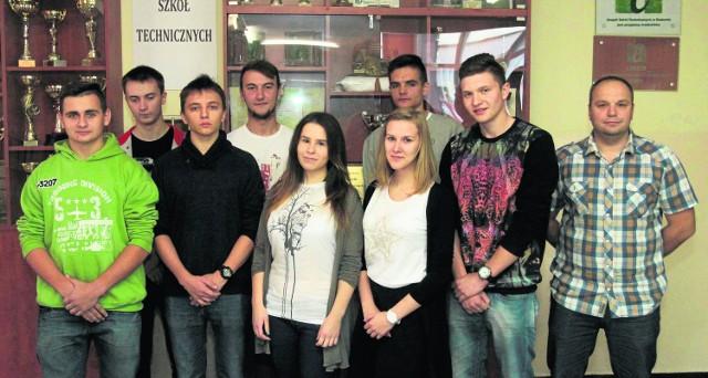 Część szkolnej ekipy Zespołu Szkół Technicznych z kasy 3A w Radomiu i jeden z opiekunów - Łukasz Gierek (z prawej), która nakręciła film o uzależnieniach i otrzymała nagrodę w konkursie policyjnym.