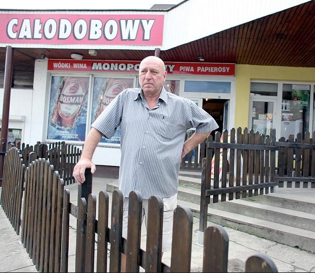 – Wybudowałem ten labirynt po to, by otrzymać koncesję na sprzedaż alkoholu – mówi Jan Skwierawski. – Teraz urzędnicy chcą bym go rozebrał, bonie miałem pozwolenia.