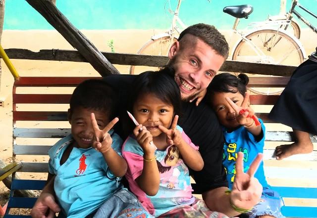 Podczas swojej kilkumiesięcznej podróży Mateusz rozdawał piłki napotkanym dzieciom. Jak sam mówi, ich radość i uśmiechy na twarzach dawały mu ogromną motywację