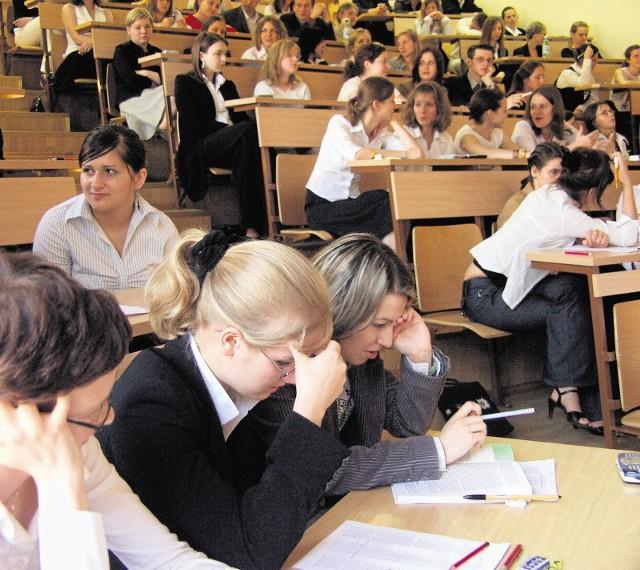 Egzamin: dla jednych moment, w którym mogą zabłysnąć zdobytą wiedzą. Dla innych - walka o przetrwanie na studiach