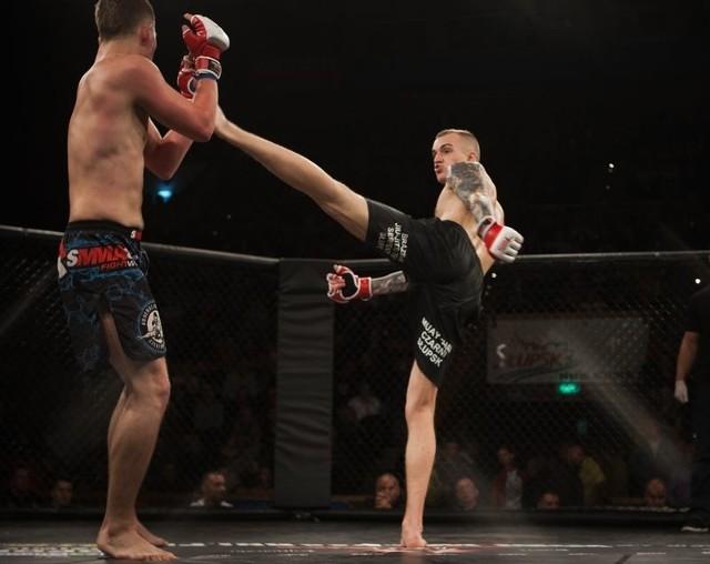 Antoni Schroeder (z prawej) w Luboniu tym razem musiał uznac wyższość rywala. Walki tam odbywały się jednak w brazylijskim jiu jitsu, a nie w MMA (jak na zdjęciu).