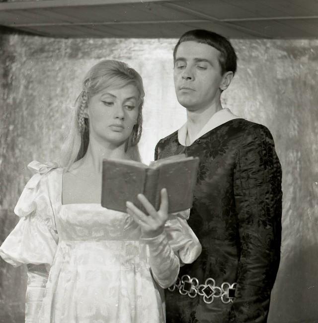 Krystyna Łubieńska jako Ofelia i Edmund Fetting jako Hamlet. Teatr Wybrzeże, premiera -  14 sierpnia 1960 roku