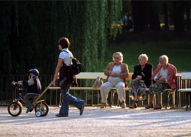 Już wkrótce wypłata trzynastej emerytury 2021. Mimo pandemii koronawirusa, rząd wielokrotnie zapewniał, że wypłata trzynastej emerytury nie jest zagrożona. Pieniądze do seniorów powędrują już wiosną. Sprawdź, kiedy można spodziewać się pieniędzy. Szczegóły na kolejnych stronach ---->