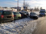 Jadąc BMW wpadł w poślizg. Uszkodził aż cztery samochody! Kierowca przyznał się, że jechał zbyt szybko. ZDJĘCIA