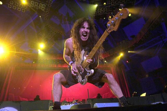 """Steve Harris """"strzelający"""" z basu. Trudno wyobrazić sobie show Iron Maiden bez tego charakterystycznego gestu"""