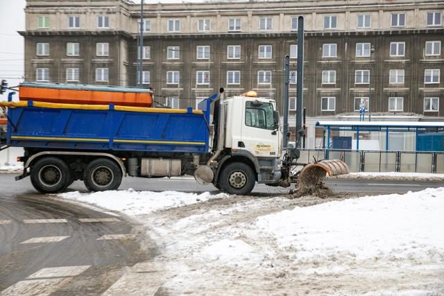W ciągu sześciu najcięższych dni zimy 2021 wysypano na ulice Krakowa ponad 10,4 tys. ton soli i 3 tys. ton piasku, a przez większość czasu w mieście pracowało 100 procent dostępnego sprzętu i ludzi.