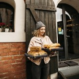 """Toruń. Młoda baristka i jej """"Projekt Nano"""" pokonały pandemię! Dobra kawa, pyszne ciasto i sztuka - to recepta na sukces"""