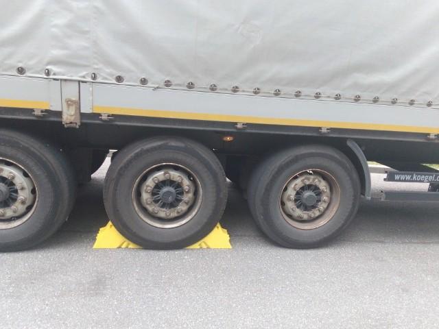 Pojazd przewoził ponad 13 ton ładunku, a więc masa całkowita zespołu pojazdów wynosiła około 28 ton