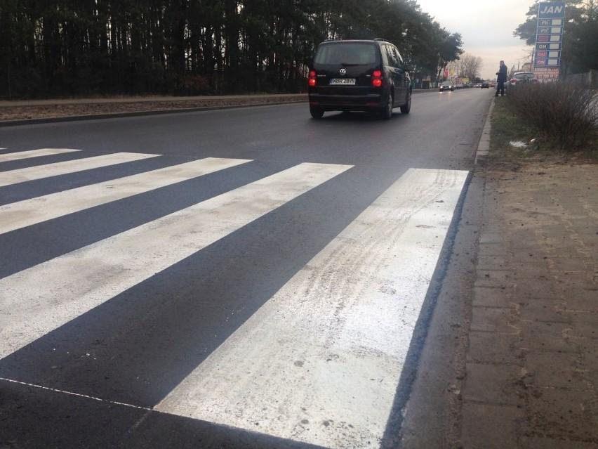 b Odcinek ulicy Kościelnej w Białobrzegach jest już wyremontowany. Kierowcy jeżdżą po nowym asfalcie.