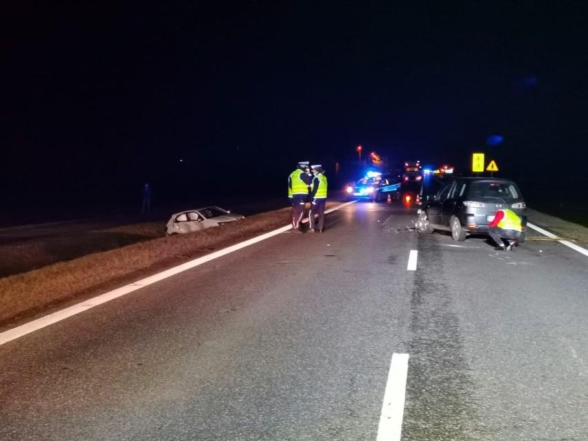 Toczyłowo. Wypadek na wjeździe do Grajewa na DK 61. Zderzyły się dwa auta osobowe. Dwie osoby ranne [ZDJĘCIA]