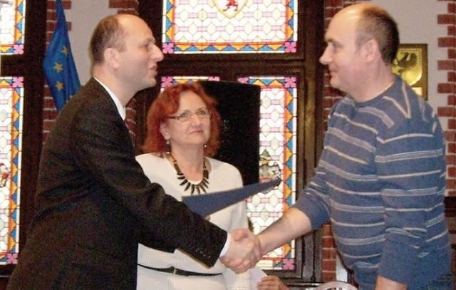Stanisław Renusz, prezes UKS Jedynka odbiera umowę grantową od burmistrza.