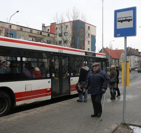 Już w zeszłym roku pasażerowie MZK niecierpliwie czekali na powrót wiaty przystankowej przy ulicy Ozimskiej w Opolu