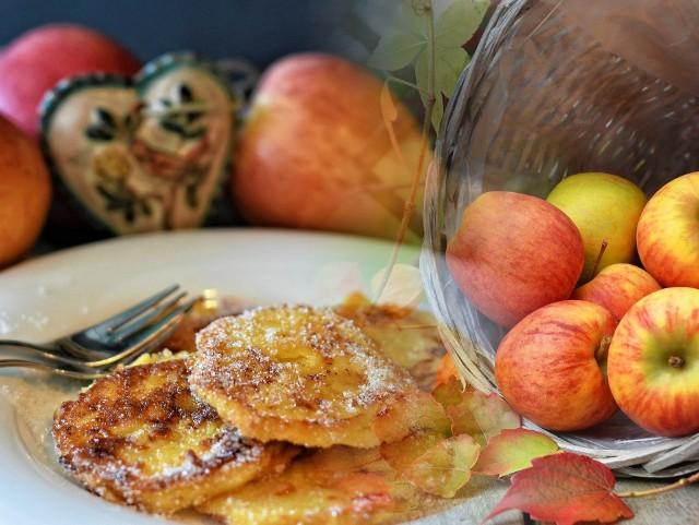 Przepis na pyszne racuchy z jabłkami. Zrobisz je bardzo szybko bez drożdży. Składniki i sposób przygotowania poniżej