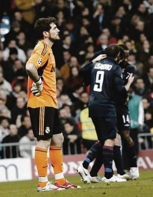 Smutny Iker Casillas (z lewej, Real) po golu strzelonym mu przez Miralema Pjanicia Fot. PAP/ EPA/Alberto Martin