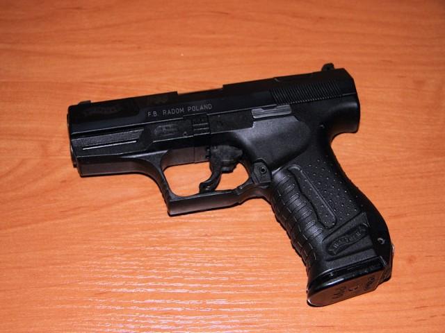 33-latek przystawił broń do skroni dziecka i zagroził, że zabije dziewczynkę.