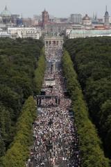 Berlin: Tysiące ludzi na demonstracji przeciwko ograniczeniom związanym z koronawirusem