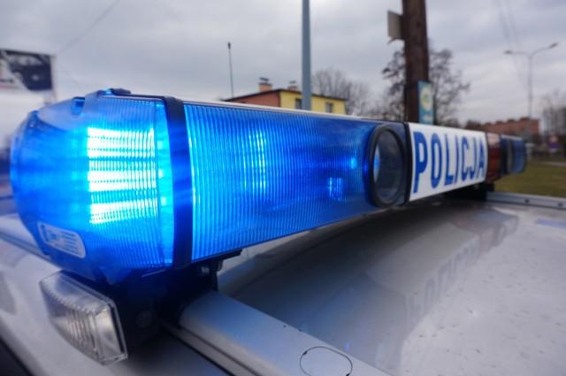 Policjanci włączyli sygnalizację świetlną i dźwiękową w radiowozie i pomogli kierowcy w szybkim dowiezieniu rodzącej żony do szpitala