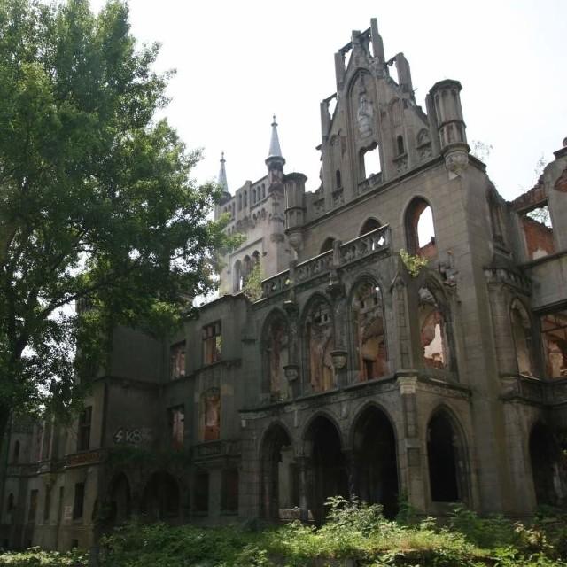 Przez lata każdy, kto tylko chciał, mógł imprezować do woli w ruinach pałacu. Teraz teren jest chroniony. To nie podoba się miejscowym chuliganom.