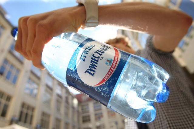 Uwaga na wodę Żywiec Zdrój Żywioł! Ponad 2 tysiące butelek z groźnych serii trafiło do hurtowni w Toruniu.